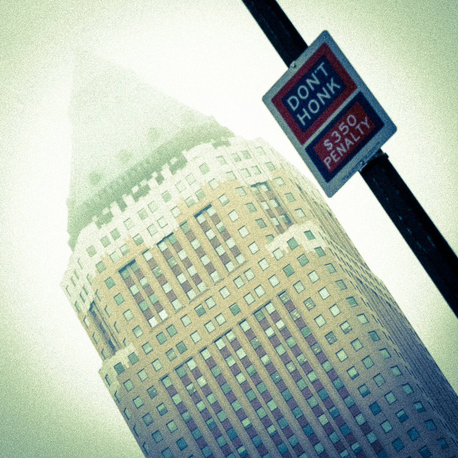 Nebel in New York, Skyscraper, Sign don't honk, Streetphotography